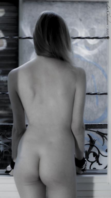 A la fenêtre  Photos Érotiques  by Les Chevaliers